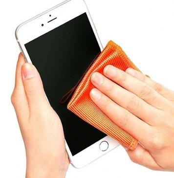 pessoa-demonstrando-como-limpar-o-celular