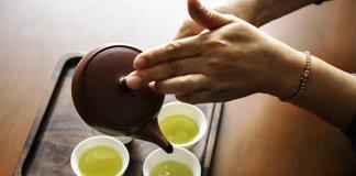 mulher-servindo-chá-verde