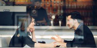 casal-fazendo-perguntas-no-primeiro-encontro