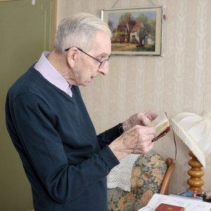 marido le diario para esposa com demencia para manter vivo o amor4 300x300 - Marido lê diário para esposa com demência para manter vivo o amor