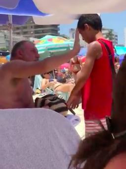 homem passa protector solar em menino que vendia bala na praia4 - Homem passa protector solar em menino que vendia bala na praia