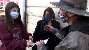 4 300x169 - Menina doa o dinheiro do seu aniversário para sem-teto que devolveu a carteira da avó