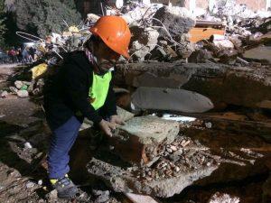 homem com nanismo nos escombros 300x225 - Homem com nanismo vira herói e resgata pessoas dos escombros