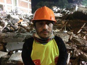 homem com nanismo vira heroi 300x225 - Homem com nanismo vira herói e resgata pessoas dos escombros