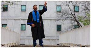 4 300x158 - Após 23 anos como zelador, aos 43 anos, ele se torna professor.