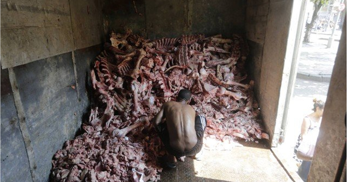 CARIOCAS PEGAM RESTO DE CARNE E OSSOS1 - FOME: Sem comida, cariocas recorrem a restos de ossos e carnes rejeitados pelos supermercados