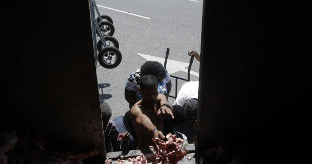 CARIOCAS PEGAM RESTO DE CARNE E OSSOS4 - FOME: Sem comida, cariocas recorrem a restos de ossos e carnes rejeitados pelos supermercados